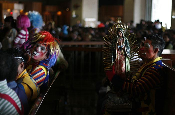 México, Cidade do México | 27.07.2011 | Um palhaço com uma imagem da Virgem da Guadalupe durante uma missa realizada especialmente para palhaços profissionais na Basílica de Guadalupe. Centenas de palhaços participam numa peregrinação anual à basílica por devoção à Virgem | Carlos Jasso/Reuters