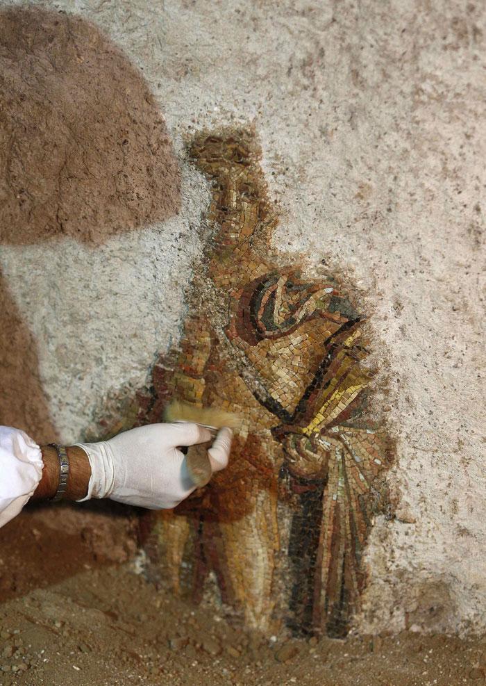 Roma, 29.07.2011 | Trabalhos de restauro de um mural de mosaicos com Apolo e as musas, encontrado no sítio arqueológico das Termas de Adriano, em Roma |