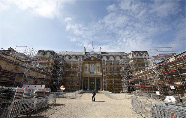 França, Paris, 1.08.2011 | O palácio do Eliseu preparado para um restauro e melhoramento da fachada, aproveitando o intervalo de férias de Agosto.