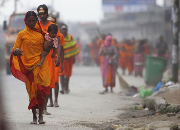 Nepal, Katmandu, 1.8.2011 | Devotos hindus participam na peregrinação Bol Bom, em honra de Shiva. Entoam o nome do deus enquanto percorrem 15km, descalços, até ao templo Pashupatinath, pedindo saúde, riqueza e felicidade.