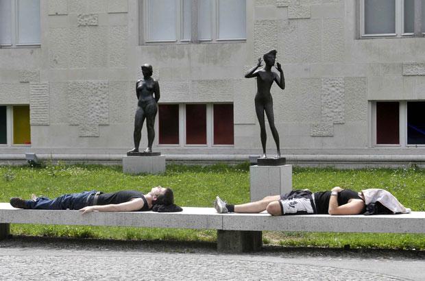 Eslovénia, Ljubljana, 1.8.2011 | Turistas descansam em frente à Galeria de Arte Moderna de Ljubljana.
