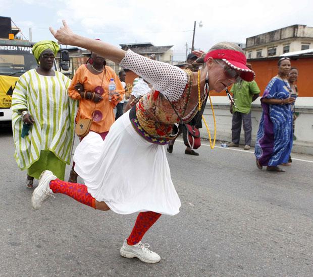 Trinidad e Tobago, 01.08.2011 | Uma turista americana participa nas danças de rua que fazem parte da celebração do Dia da Emancipação (que assinala a libertação dos escravos) em Porto de Espanha, capital daquele país do Caribe