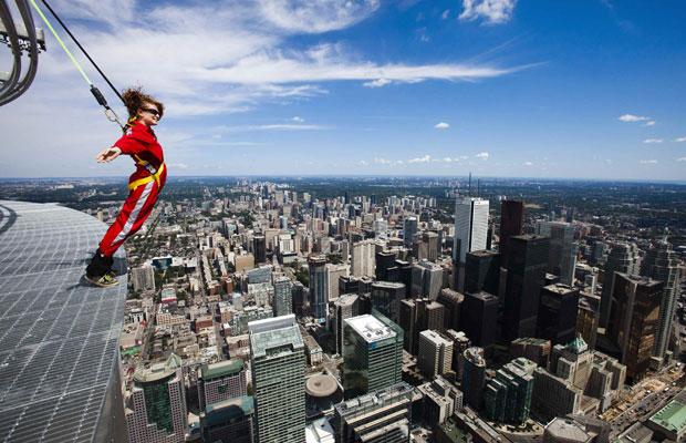 Canadá, Toronto, 27.07.2011 | Esta nova diversão oferecida na CN Tower é bastante simples: o participante é preso a cabos de segurança e caminha e oscila pela beirinha do topo da torre, com toda a cidade aos pés e a 356m do chão...
