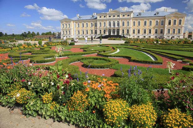 Letónia, 2.08.2011 | Visitantes admiram os jardins do Palácio Museu Rundale, obra do séc. XVIII em contínuo restauro até 2014.