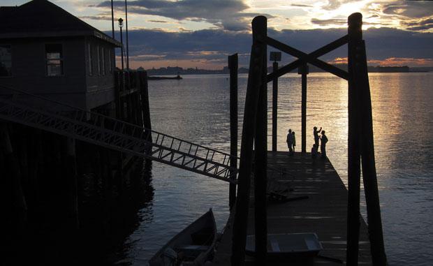 EUA, Maine, 2.08.2011 | À pesca na marina de Peak's Island enquanto o sol cai sobre a Casco Bay.