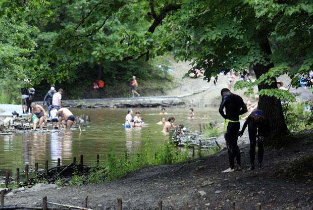 Roménia, 03.08.2011 | Um casal cobre-se de lama do lago salgado de Sovata, que se crê benéfica para muitas coisas, incluindo para tratamento de reumatismo e infertilidade. O lago fica a 346km a norte de Bucareste.