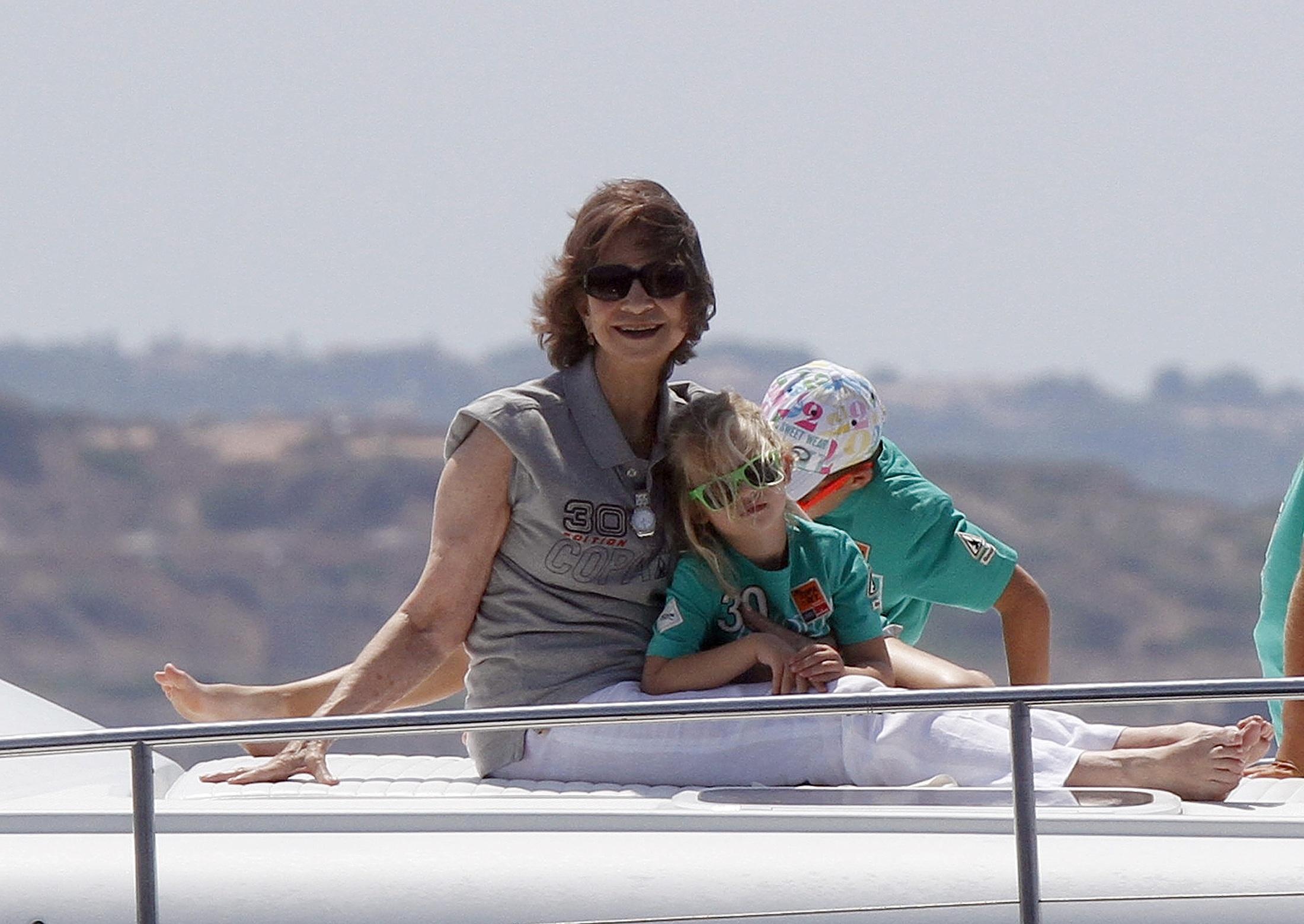 """A rainha Sofia sorri, a bordo da lancha """"Somni"""", com a neta Irene sobre as pernas, no primeiro dia da regata da Copa do Rei"""