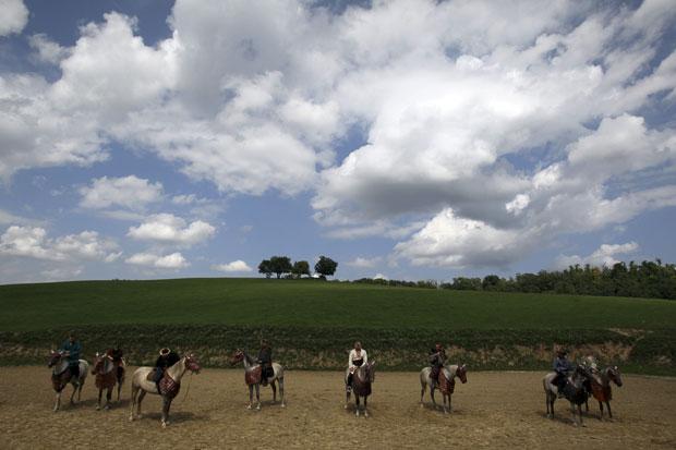 Hungria, 03.08.2011 | A cavalgar, e em trajes tradicionais, numa quinta de cavalos em Kaposmero, a 190km de Budapeste.