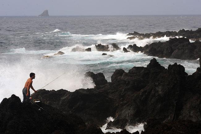Açores, Flores, 04.08.2011 |  À pesca na ilha das Flores. Siga Paulo Ricca e Sandra Silva Costa no blogue Em Viagem Fugas pelos Açores em http://blogues.publico.pt/emviagem (de 4 a 9 de Agosto).