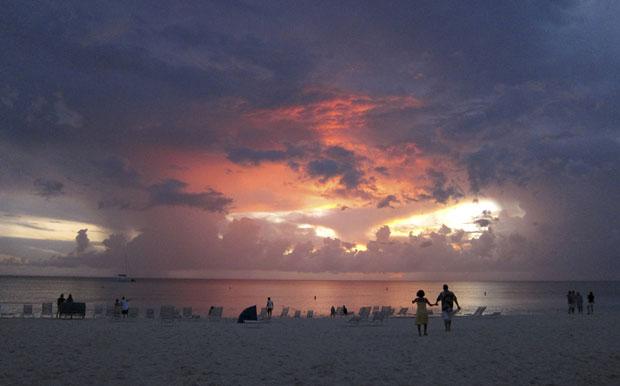 Ilhas Caimão, 28.07.2011 | A passear na Seven Mile Beach ao pôr-do-sol, em George Town.