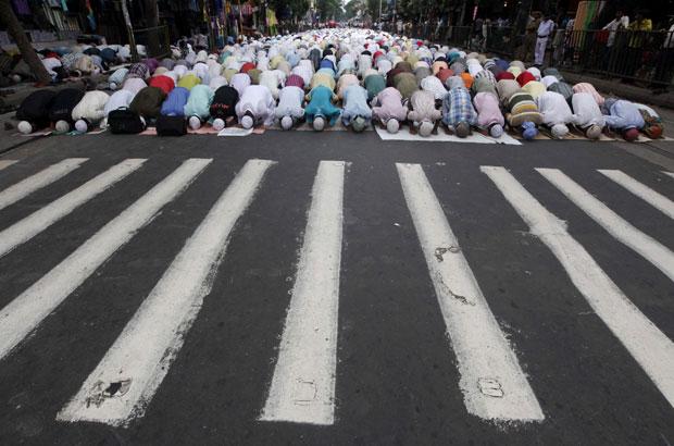 Índia, 05.08.2011 | Muçulmanos rezam numa Estrada perto da mesquite na primeira sexta-feira do Ramadão, em Kolkata