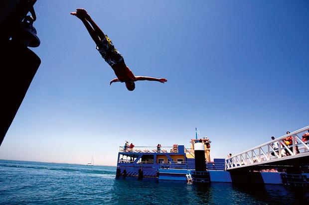 A Ilha da Culatra está dividida em três zona: Ilha do Farol, Hangares e Culatra. Mergulho no porto do ferry