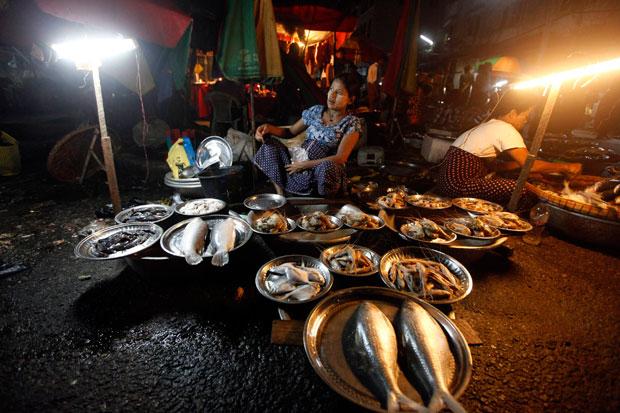 Birmânia/Myanmar, 06.08.2011 | Uma das peixeiras de um bazar nocturno de Yangon.