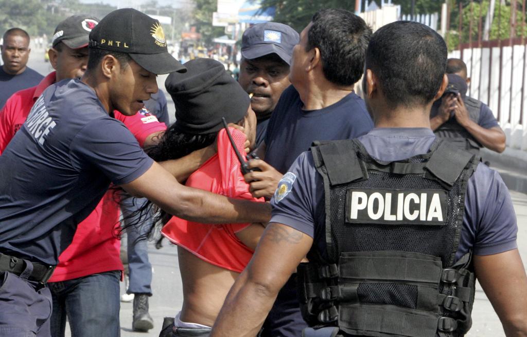 Polícia detém alegado apoiante da Fretilin, esta manhã, quando apredejava carros em Díli
