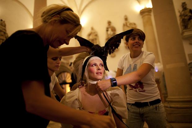 A cabeleireira Helena VazPereira já na finalização do look de Flor, a modelo que abriu o desfile
