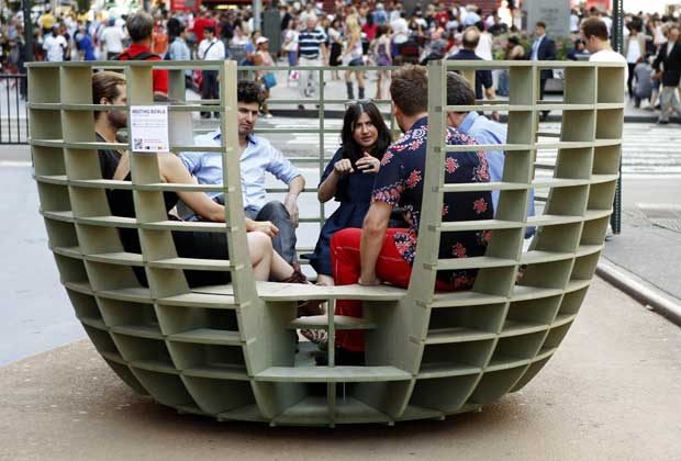 EUA, Nova Iorque, 27.08.2011 | Uma outra forma de admirar uma obra   de arte: sentar-se nela. Instalação