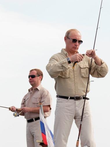 Rússia, 16 de Agosto de 2011 O Presidente russo Dmitri Medvedev e o primeiro-ministro Vladimir Putinpescamno rio Volga, na região de Astrakhan. O encontro foi uma reunião privada entre os líderes russos que declararam estar perto de uma conclusão sobrequal dos doisirá concorrer às presidenciais
