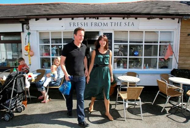 Inglaterra, 21 de Agosto de 2001 O primeiro-ministro britânico, David Cameron, e a mulher Samantha saem da peixaria Fresh from the sea em Port Isaac, sudoeste inglês