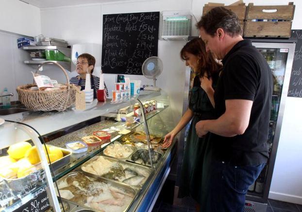 Inglaterra, 21 de Agosto de 2001A família Cameron, que está de férias perto do Cornish resort de Port Isaac, visitou a peixaria para comprar peixe fresco local, que disseram ser para o jantar:um churrasco na praia