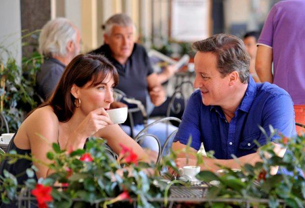 Itália, 31 de Julho de 2011 O primeiro-ministro britânico, David Cameron, e a mulher Samantha aproveitam a esplanada de um café em Montevarchi, perto de Siena