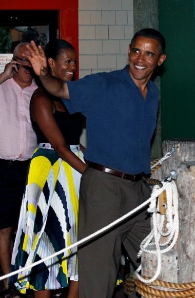 Massachusetts, 21 de Agosto de 2011 O Presidente dos Estados Unidos da Américae a primeira dama, Michelle Obama, saem do restaurante Oak Bluffs, em Martha's Vineyard, onde a família está a passar as férias de Verão