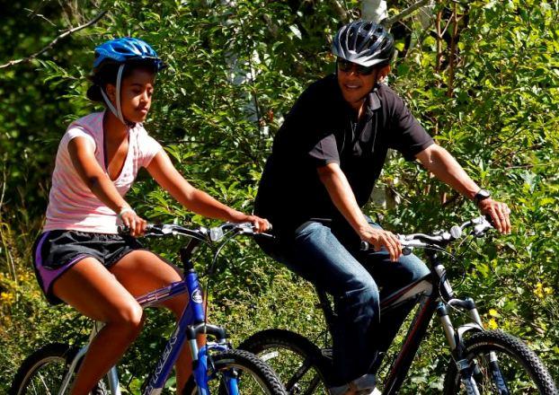 Massachusetts, 23 de Agosto de 2011 Barack Obama e a filha Malia passeiam de bicicleta