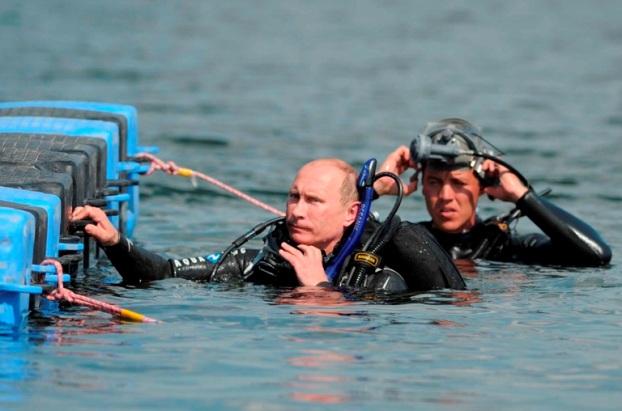 Rússia, 10 de Agosto de 2011 O primeiro-ministro russo, Vladimir Putin, prepara-se para mergulhar num ponto de interesse arqueológico, ao largo da península de Taman, no sul da Rússia