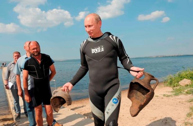 Rússia, 10 de Agosto de 2011 O primeiro-ministro russo, Vladimir Putin, mostra duas ânforas que encontrou enquanto mergulhava ao largo da península de Taman, no sul da Rússia