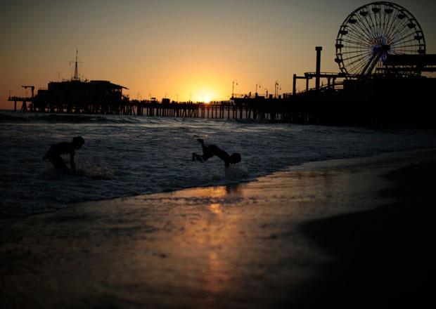 EUA, Califórnia, 24.08.2011 | Brincadeiras em praia de Santa Monica, em alturas de uma onda de calor com as temperaturas a ultrapassarem os 40º.