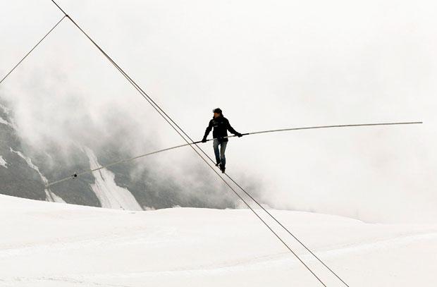 Suíça, Alpes, 26.08.2011 | O acrobata suíço Freddy Nock em equilíbrio gelado numa corda no  Jungfraujoch (3454m), nos Alpes do cantão de Berna.