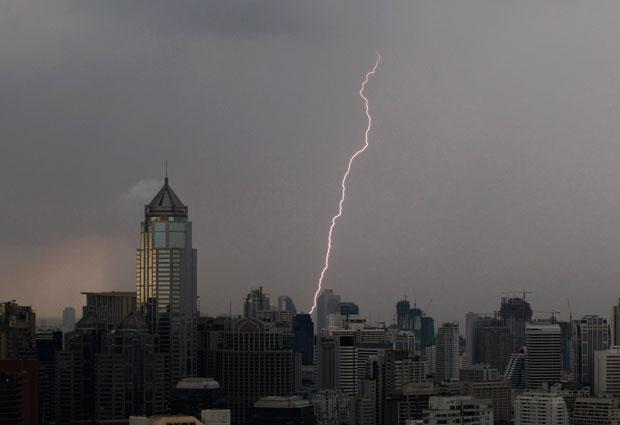Tailândia, Banguecoque, 26.08.2011 | Um relâmpago cruza os céus da cidade.