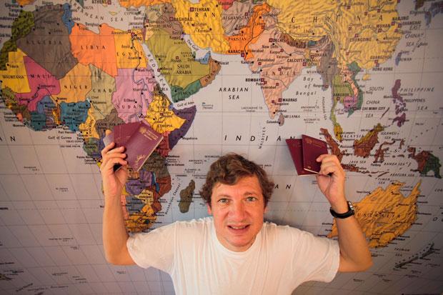 Portugal, 20.08.2011 | João Paulo Peixoto e os seus passaportes: tornou-se o primeiro português reconhecido por visitar todos os países do mundo .