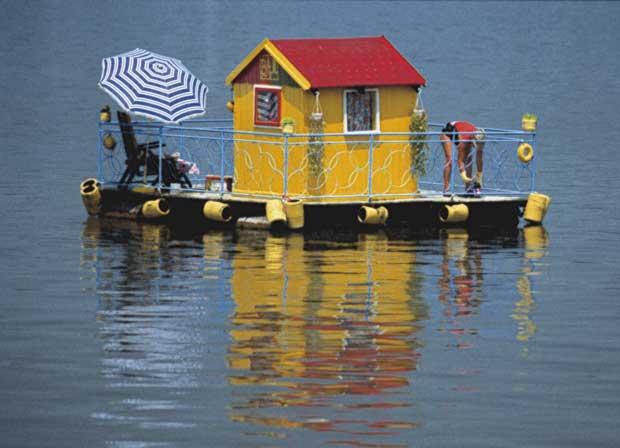 Uma cabana flutuante no Danúbio, na confluência com o Sava perto de Kalemegdan