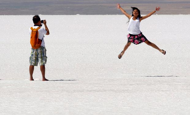 Tuquia, 29.08.2011 | Salto de turista para a fotografia no lago salgado Tuz, a 130 km de Ancara, o segundo maior lago turco.