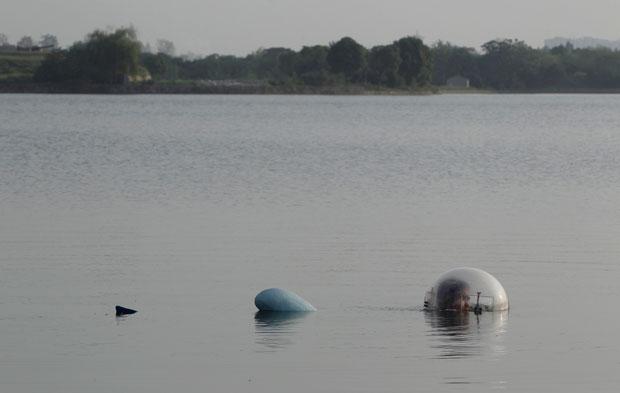China, 29.08.2011 | Wuyi Zhang dedica-se à agricultura mas também às invenções. Na imagem, testa a sua última obra, um minisubmarino, o