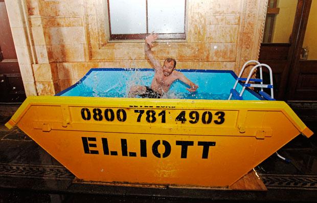 Reino Unido, Londres, 26.08.2011 | Um contentor-piscina no Victoria and Albert Museum. A peça integra a mostra