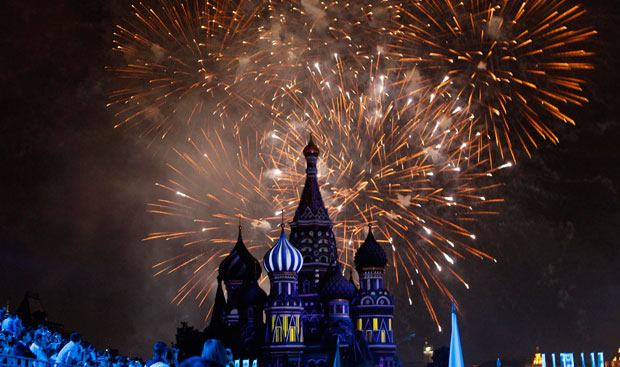 Rússia, Moscovo, 30.08.2011 | Uma imagem clássica e sempre impactante: fogos-de-artifício sobre a Catedral de São Basílio para celebrar o festival de música militar Torre Spasskaya, na Praça Vermelha de Moscovo.
