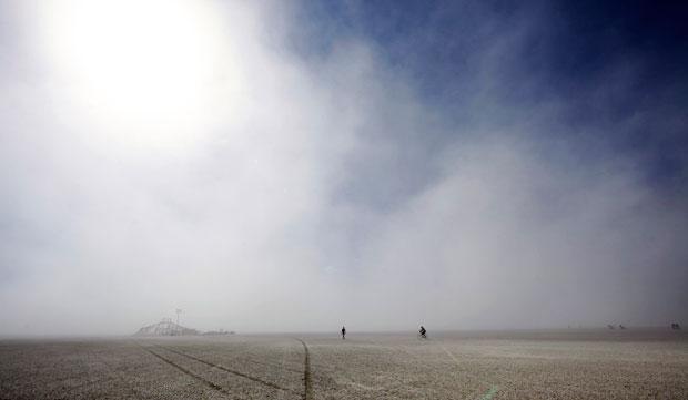 EUA, Nevada, 31.08.2011 | Cruzando o deserto de Black Rock durante uma tempestade de areia, no local onde se realiza o festival Burning Man, certame de artes e música que anualmente recebe mais de 50 mil pessoas.