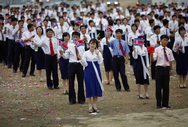 Coreia do Norte, 30.08.2011 | Moradores de Rason, a nordeste da capital norte-coreana, Pyongyang, participam numa cerimónia de despedida do primeiro cruzeiro turístico promovido pela Coreia do Norte em colaboração com a China.