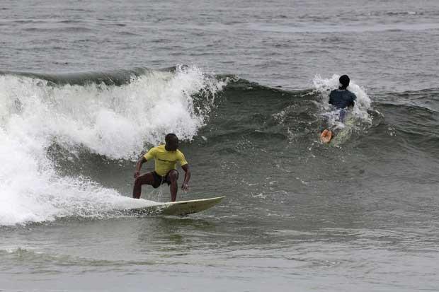 Libéria, 04.09.2011 | A cavalgar as ondas em Robertsport, no campeonato anual Surf Liberia. O país, anos após o fim dos conflitos civis, procura o seu nicho turístico, o que inclui uma aposta no turismo do surf (tubos de primeira, diz-se).