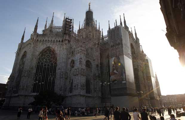 Itália, Milão, 05.09.2011 | Catedral com publicidade: um anúncio da marca Burberry surgiu no Duomo, em Milão.