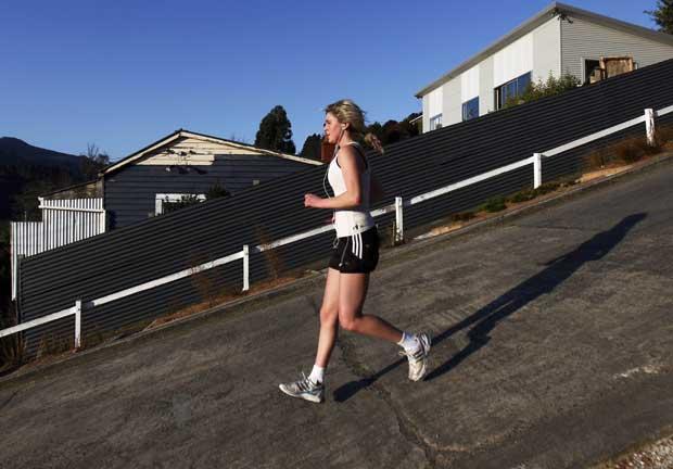 Nova Zelândia, Dunedin, 05.09.2011 | Jogging pela rua Baldwin, em Dunedin, considerada a rua urbana mais inclinada do mundo.
