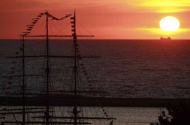 Polónia, 05.09.2011 | Um clássico: fragata no mar e pôr-do-sol. Neste caso, numa regata de grandes veleiros (Tall Ships Regatta), no porto de Gdynia, no norte da Polónia. Em 2012, Lisboa receberá uma Tall Ships Race.