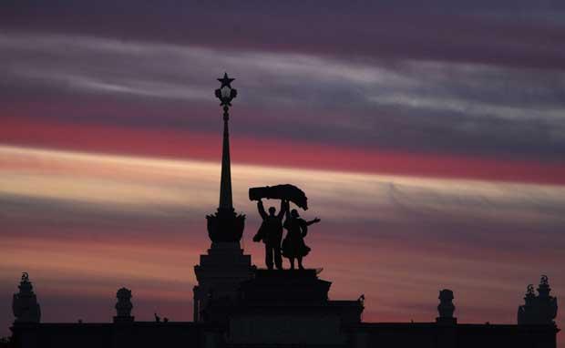 Rússia, Moscovo, 06.09.2011 | Pôr-do-sol sobre as estátuas à entrada do Centro Panrusso de Exposições (VVTs, na sigla russa), inaugurado em 1939 e dedicado então às
