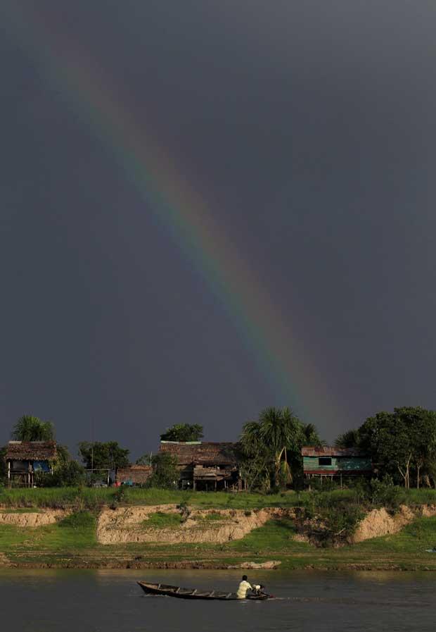 Peru, Iquitos, 07.09.2011 |Arco-íris sobre o Nanay captado numa margem do rio em Iquitos.