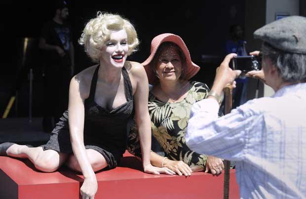 EUA, Hollywood, 07.09.2011 | Marilyn forever. Há sempre mais uma Marilyn Monroe em Hollywood. Uma turista posa ao lado de uma sósia da diva.