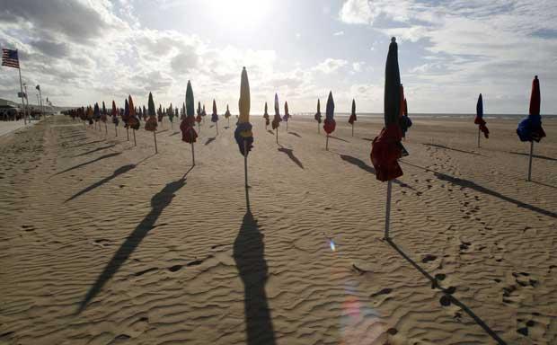França, Deauville , 05.09.2011 | Uma praia em momento de paz e sombras abandonadas que parece um cenário cinematográfico, o que é coerente: a foto foi tirada durante o Festival de Cinema Americano que decorre na cidade.