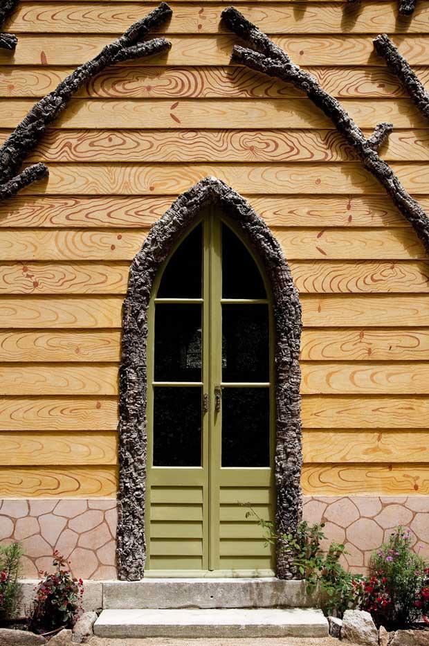 As paredes exteriores procuram imitar tábuas de madeira e a cortiça virgem é omnipresente na fachada como elemento decorativo