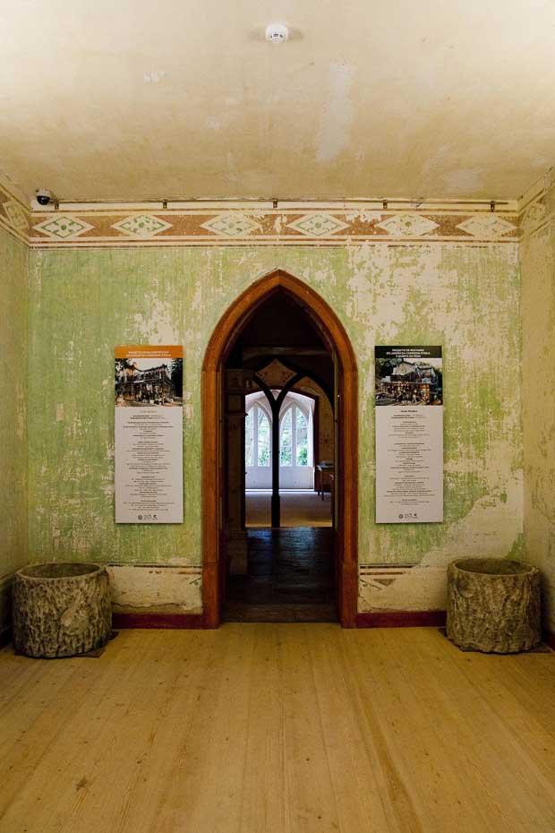 A entrada no chalet é feita pela sala de serviço central