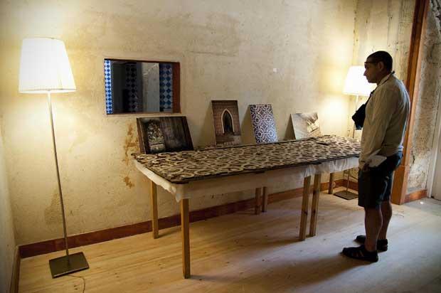 A exposição sobre a recuperação do chalet reparte-se por diversas divisões, incluindo fotografias do antes e pós incêndio ou alguns salvados.